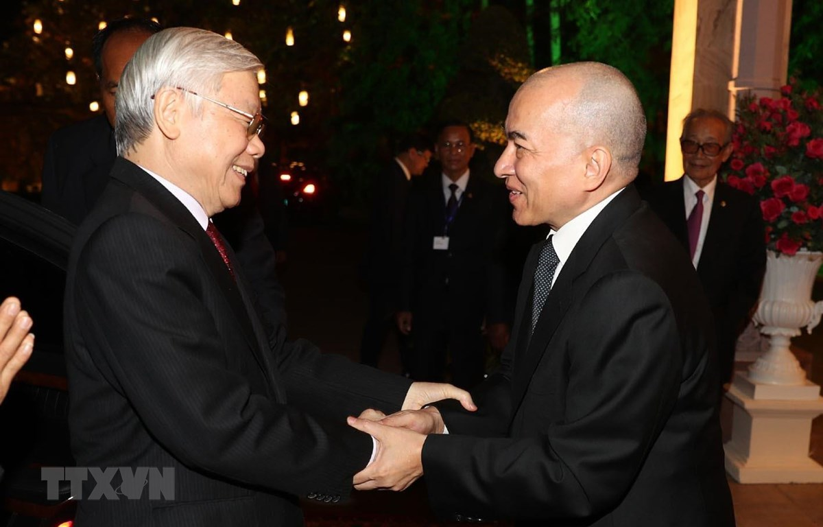 Quốc vương Campuchia Norodom Sihamoni đón Tổng Bí thư, Chủ tịch nước Nguyễn Phú Trọng. (Ảnh: Trí Dũng/TTXVN)