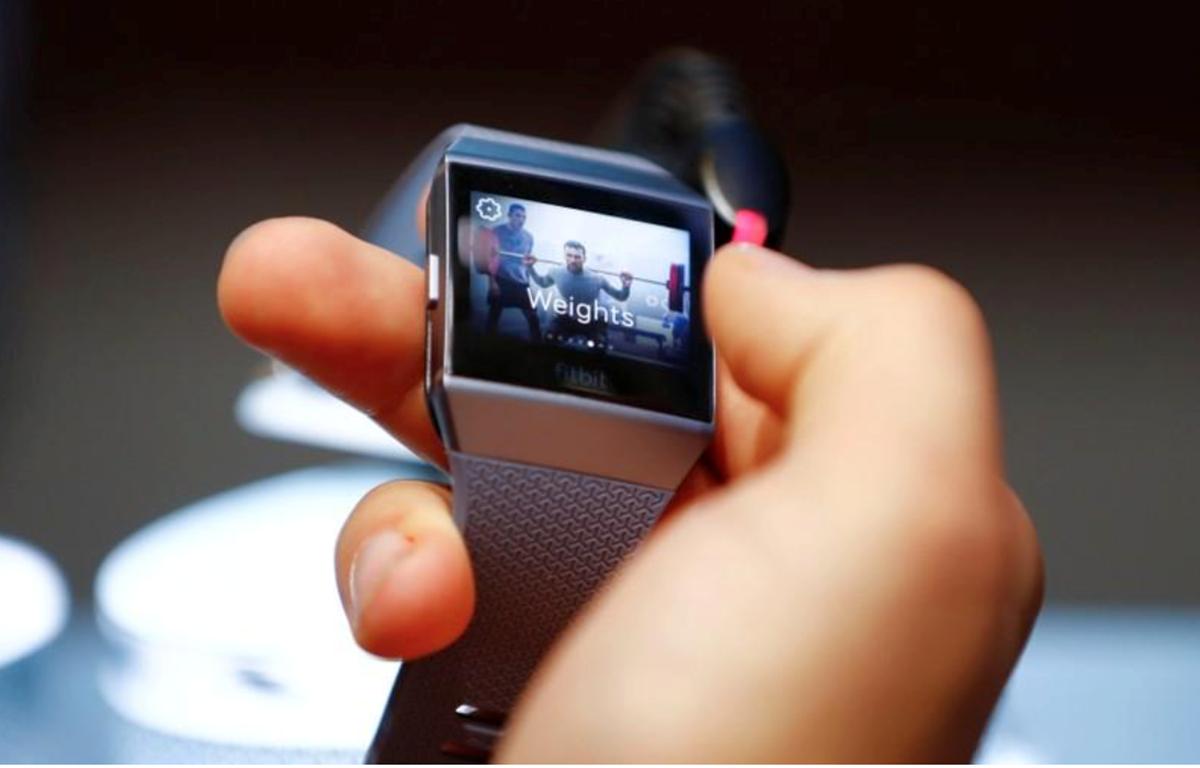 Một mẫu đồng hồ thông minh của Fitbit. (Nguồn: Reuters)