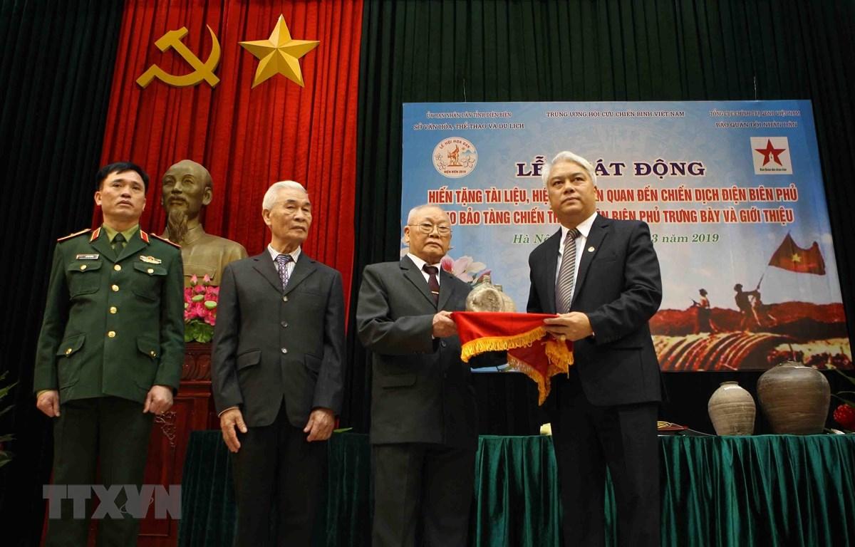 Các đơn vị, cá nhân hiến tặng hiện vật cho Bảo tàng chiến thắng Điện Biên Phủ tại lễ phát động. (Ảnh: Thanh Tùng/TTXVN)