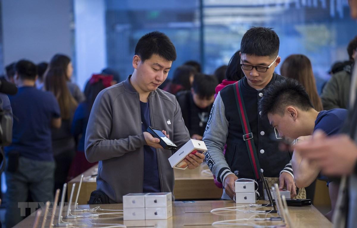 Người dân mua điện thoại iPhone của Apple tại cửa hàng ở Bắc Kinh, Trung Quốc. (Nguồn: AFP/TTXVN)