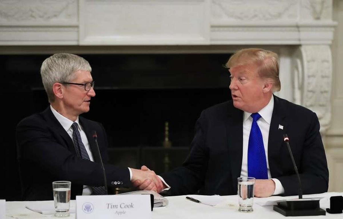 Tổng thống Donald Trump và CEO Apple Tim Cook tại cuộc họp ở Nhà Trắng ngày 6/3. (Nguồn: AP)