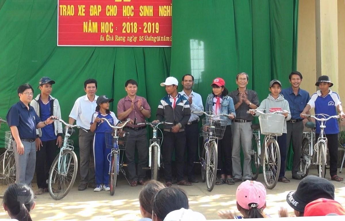 Một buổi trao tặng xe đạp cho học sinh nghèo của thầy Huỳnh Quang Sơn do trường Trung học cơ sở Đinh Núp tổ chức. (Ảnh: Xuân Triệu/TTXVN)