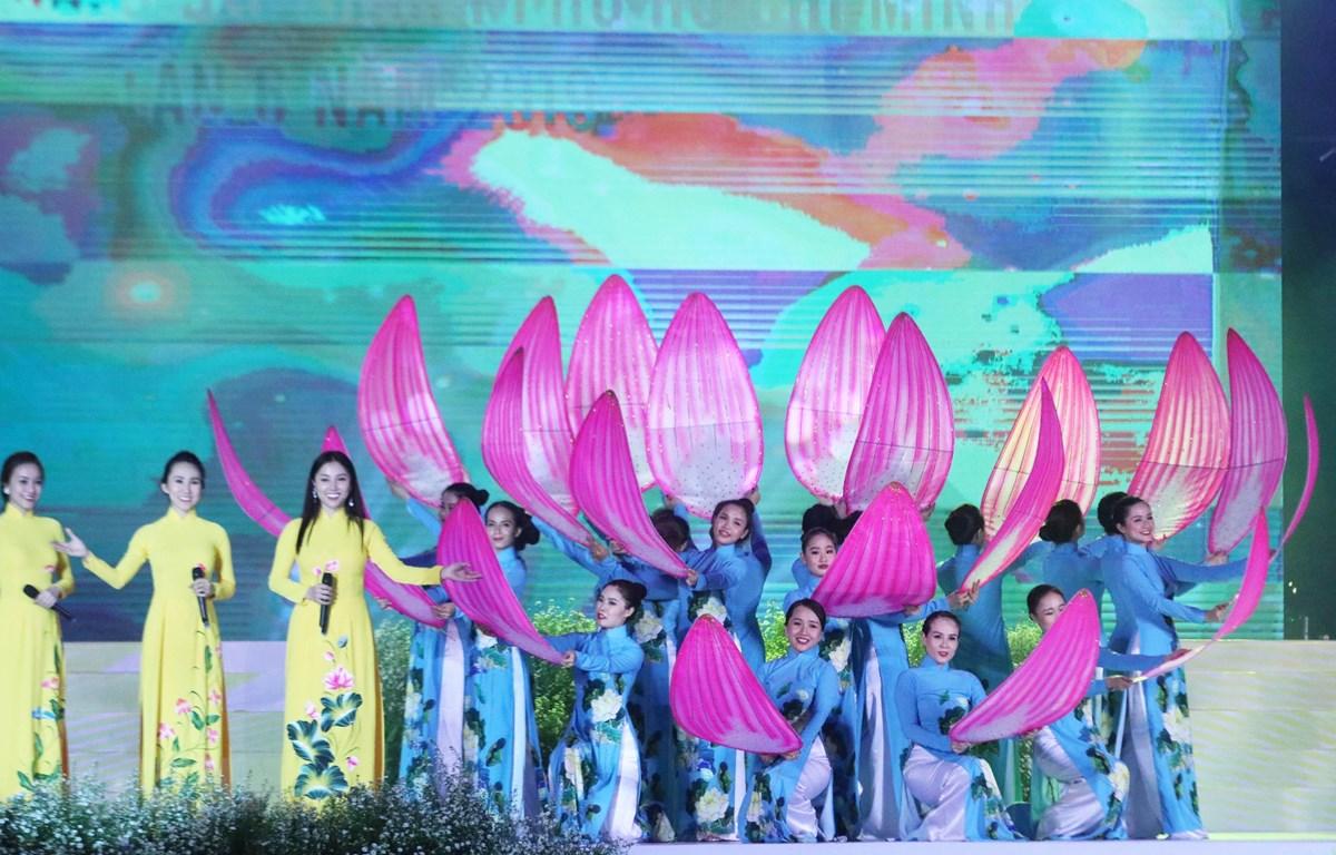 Tiết mục biểu diễn văn nghệ tại lễ trao giải Cuộc thi Duyên dáng Áo dài Thành phố Hồ Chí Minh lần thứ 6. (Ảnh: Gia Thuận/TTXVN)