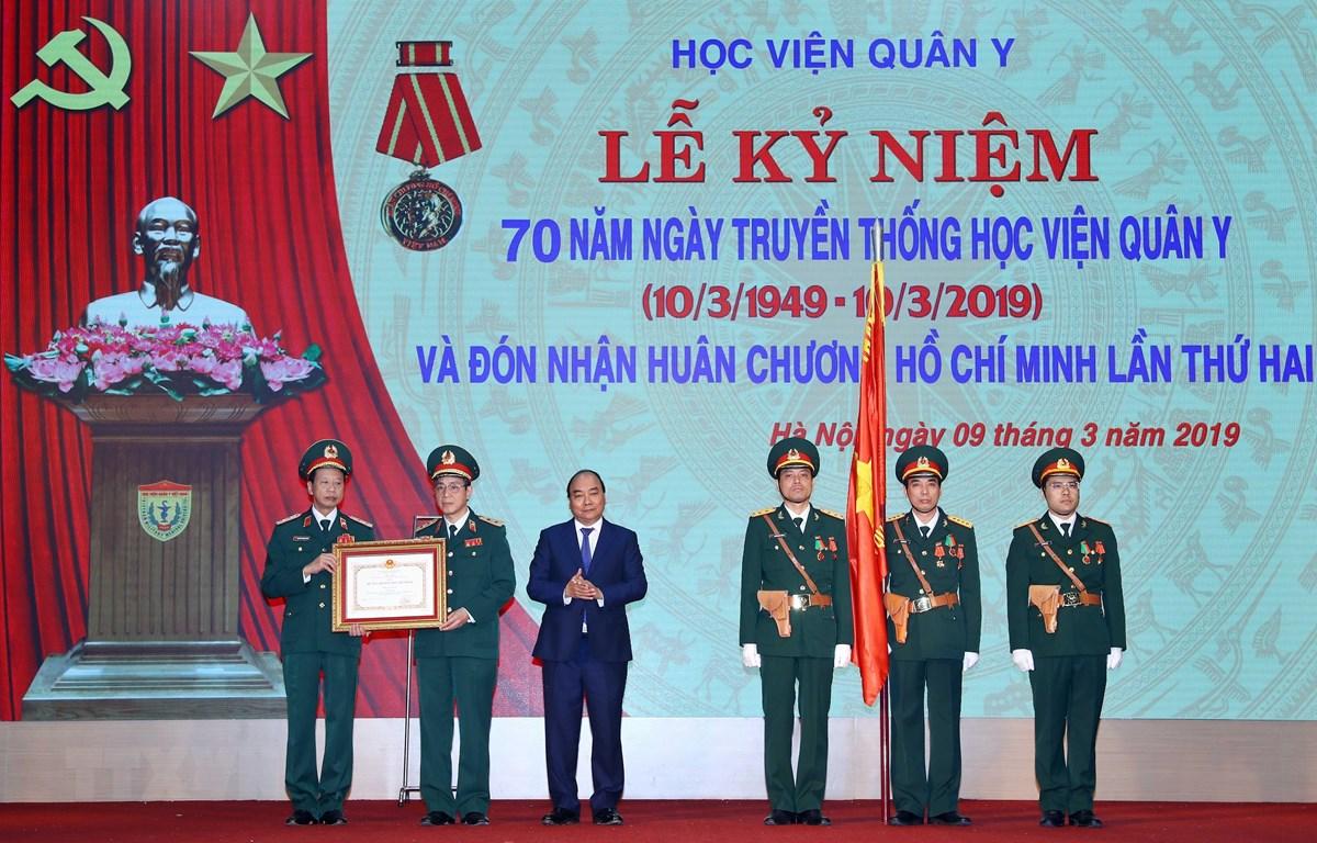 Thủ tướng Nguyễn Xuân Phúc trao tặng Huân chương Hồ Chí Minh cho Học viện Quân Y. (Ảnh: Thống Nhất/TTXVN)