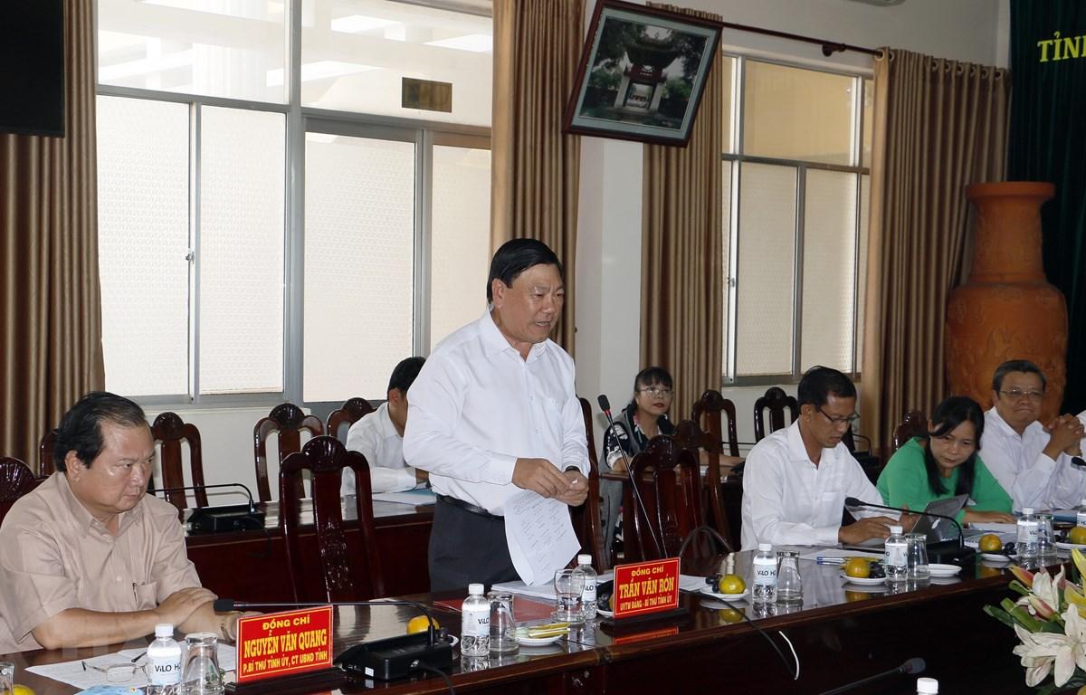 Bí thư Tỉnh ủy Vĩnh Long Trần Văn Rón phát biểu tại buổi tiếp xúc, đối thoại. (Ảnh: Phạm Minh Tuấn/TTXVN)