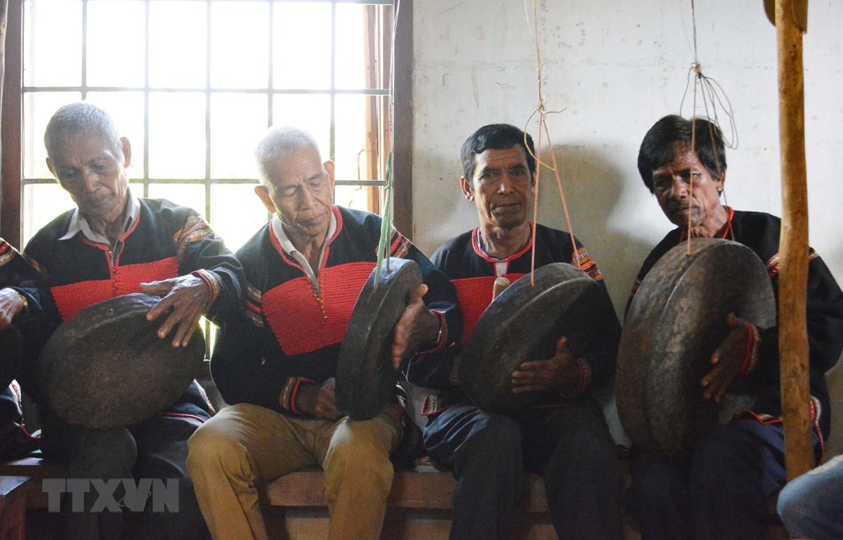 Các nghệ nhân trình diễn cồng chiêng ở Đắk Lắk. Ảnh minh họa. (Nguồn: TTXVN)