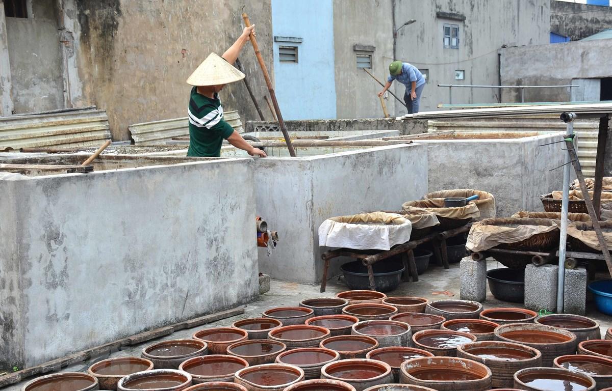 Sản xuất nước mắm truyền thống ở Nam Định. (Nguồn: TTXVN)