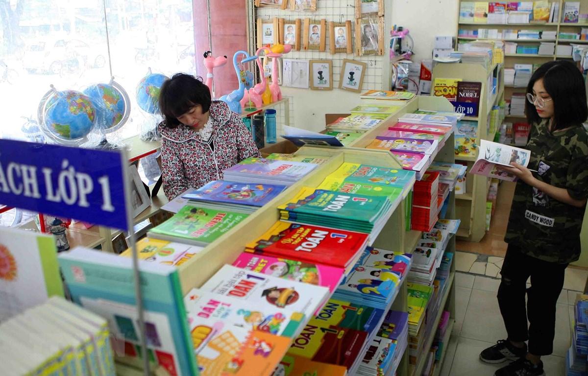 Phụ huynh mua sách giáo khoa tại cửa hàng của Nhà Xuất bản Giáo dục Việt Nam. (Ảnh: Thanh Tùng/TTXVN)