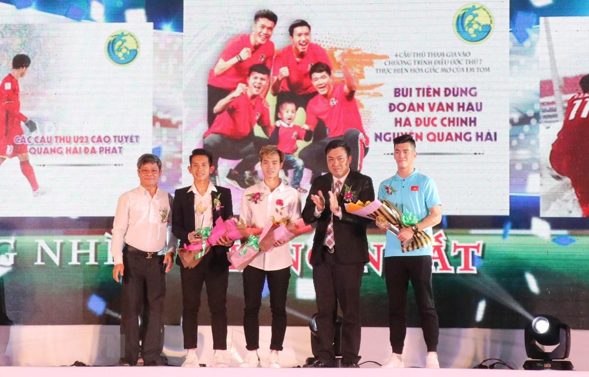 Trao giải Nhì và Ba cho các tuyển thủ Việt Nam và cầu thủ Đỗ Duy Mạnh (Cầu thủ Tiến Linh nhận thay). (Ảnh: Tiến Lực/TTXVN)