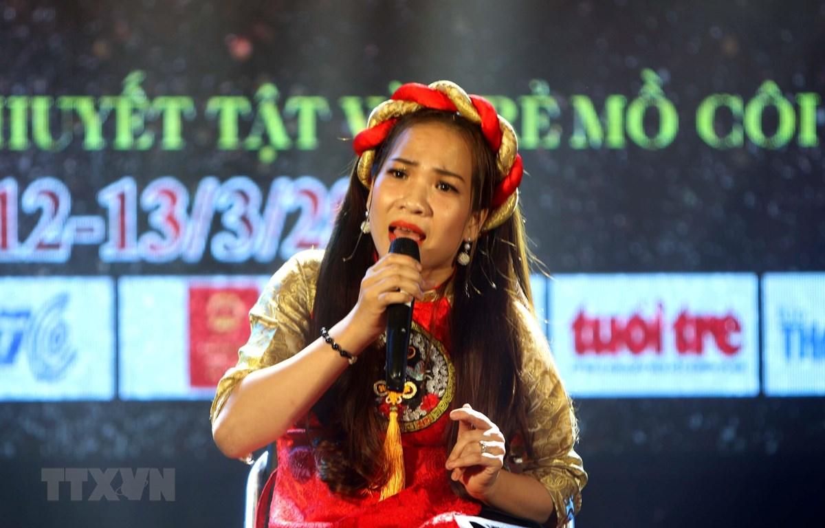 Thí sinh Cao Thị Ngọc Mỹ, đoàn Đồng Nai với bài hát Trở lại Bạc Liêu. (Ảnh: Thanh Vũ/TTXVN)