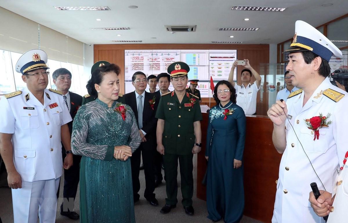 Chủ tịch Quốc hội Nguyễn Thị Kim Ngân tham quan Phòng chỉ huy điều hành của Tổng Công ty Tân cảng Sài Gòn. (Ảnh: Trọng Đức/TTXVN)