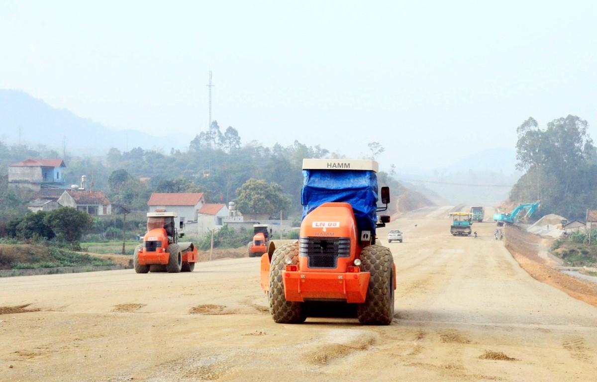 Các đơn vị thi công dự án đường cao tốc Bắc Giang-Lạng Sơn đẩy nhanh tiến độ thi công đảm bảo đúng tiến độ. (Ảnh: Thái Thuần/TTXVN)