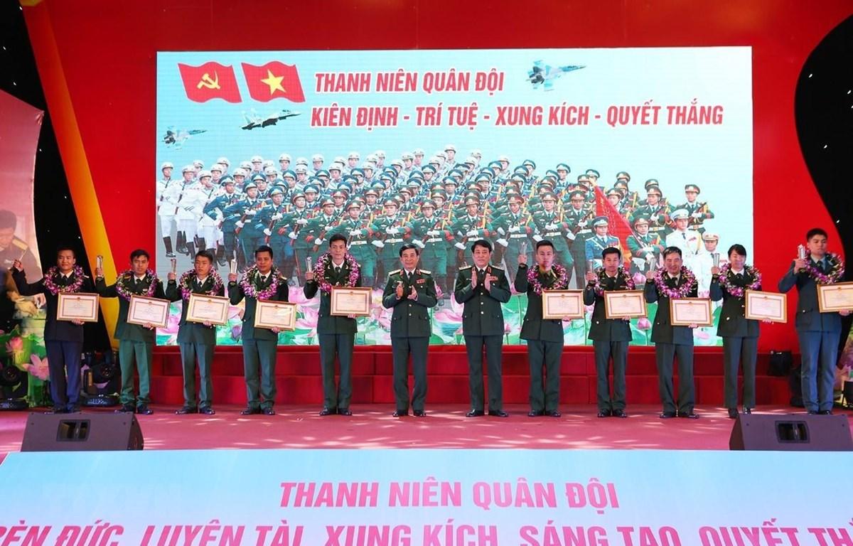 Đại tướng Lương Cường và Thượng tướng Phan Văn Giang trao Bằng khen của Bộ trưởng Bộ Quốc phòng cho các Gương mặt trẻ tiêu biểu toàn quân năm 2018. (Ảnh: Dương Giang/TTXVN)