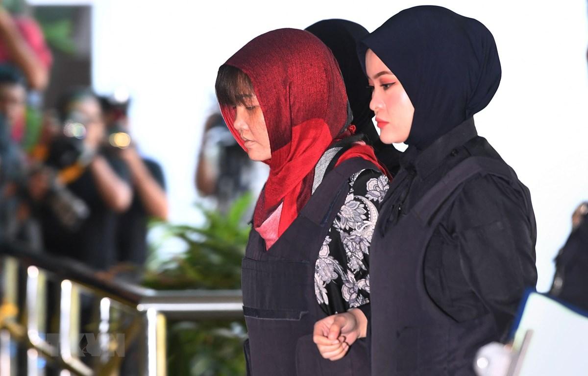 Cảnh sát áp giải Đoàn Thị Hương (thứ 2, phải) tới Tòa án Shah Alam, ngoại ô Kuala Lumpur, Malaysia, ngày 14/3/2019. (Nguồn: AFP/ TTXVN)