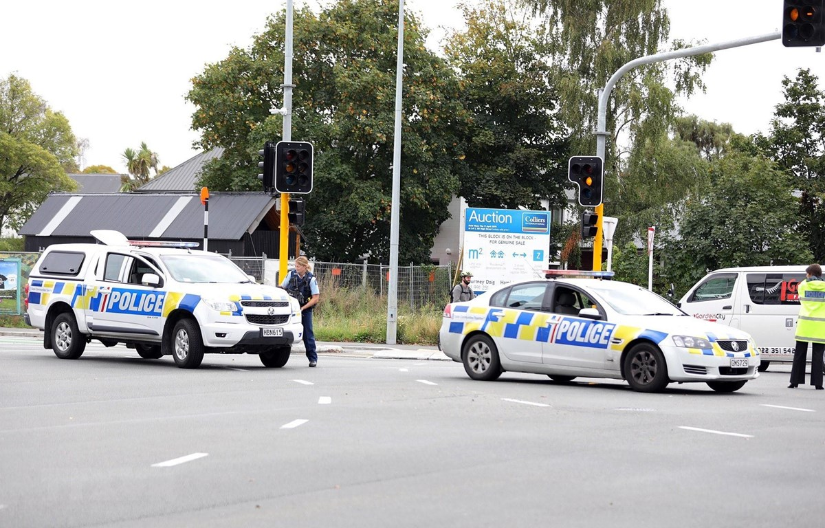 Lực lượng đặc nhiệm New Zealand phong tỏa tuyến đường gần đền thờ Hồi giáo ở Christchurch sau vụ xả súng ngày 15/3/2019. (Nguồn: AFP/TTXVN)