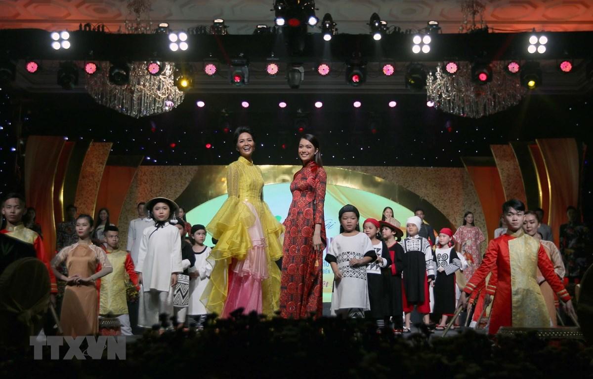 Hoa hậu Hoàn vũ H'Hen Nie tại đêm bế mạc lễ hội Áo dài Thành phố Hồ Chí Minh lần 6-2019. (Ảnh: Thanh Vũ/TTXVN)