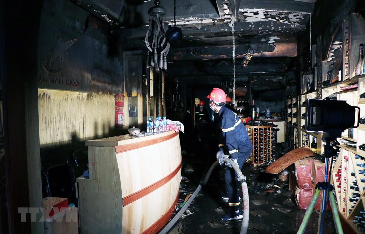 Lực lượng chữa cháy có mặt tại hiện trường vụ cháy. (Ảnh: Hoàng Ngọc/TTXVN)
