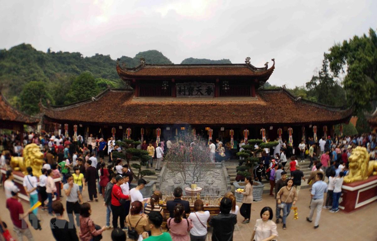 Du khách thập phương trẩy hội, dâng hương, vãn cảnh chùa trong ngày khai hội. (Ảnh: Thanh Tùng/TTXVN)