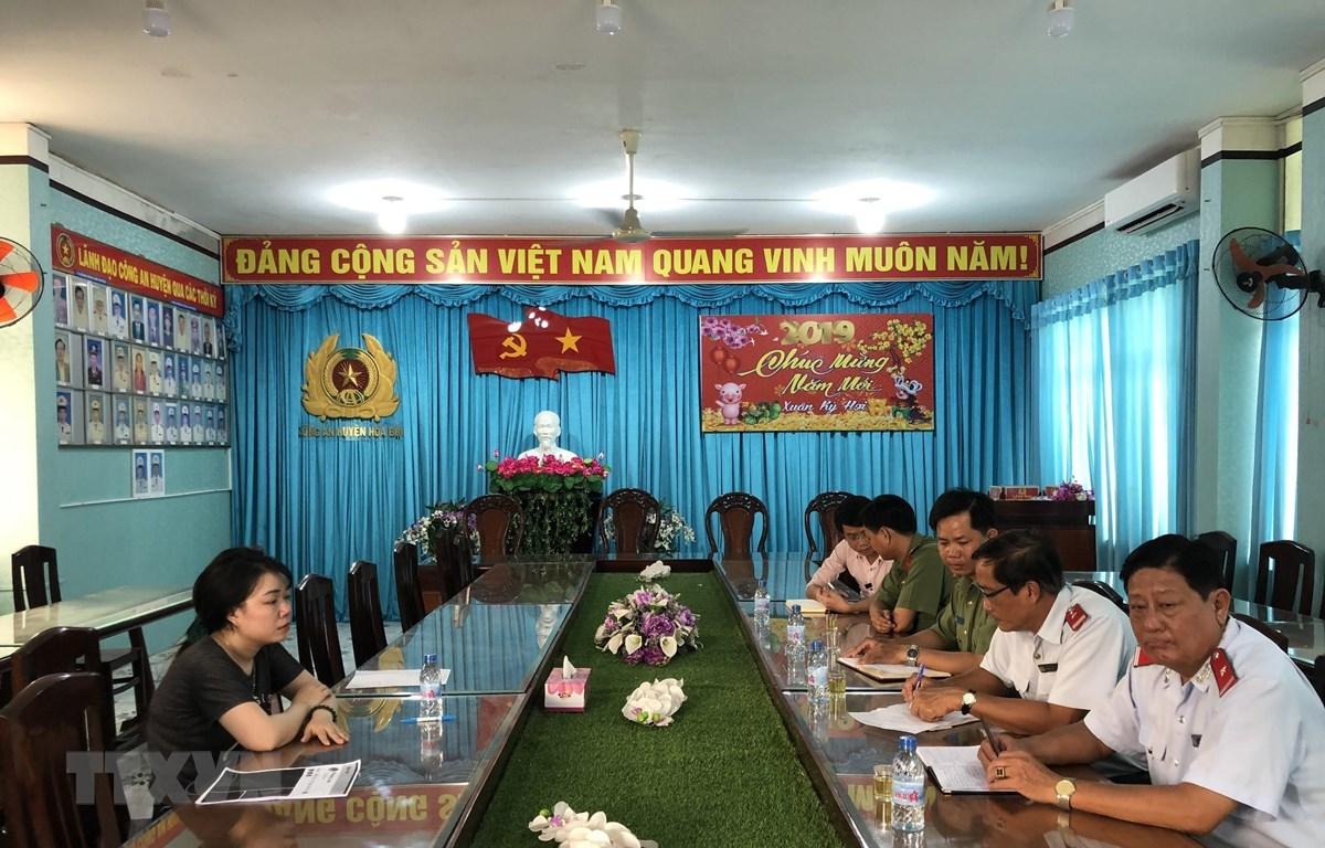 Quang cảnh buổi làm việc giữa lực lượng chức năng với bà Đoàn Phương Loan. (Ảnh: Nhật Bình/TTXVN)
