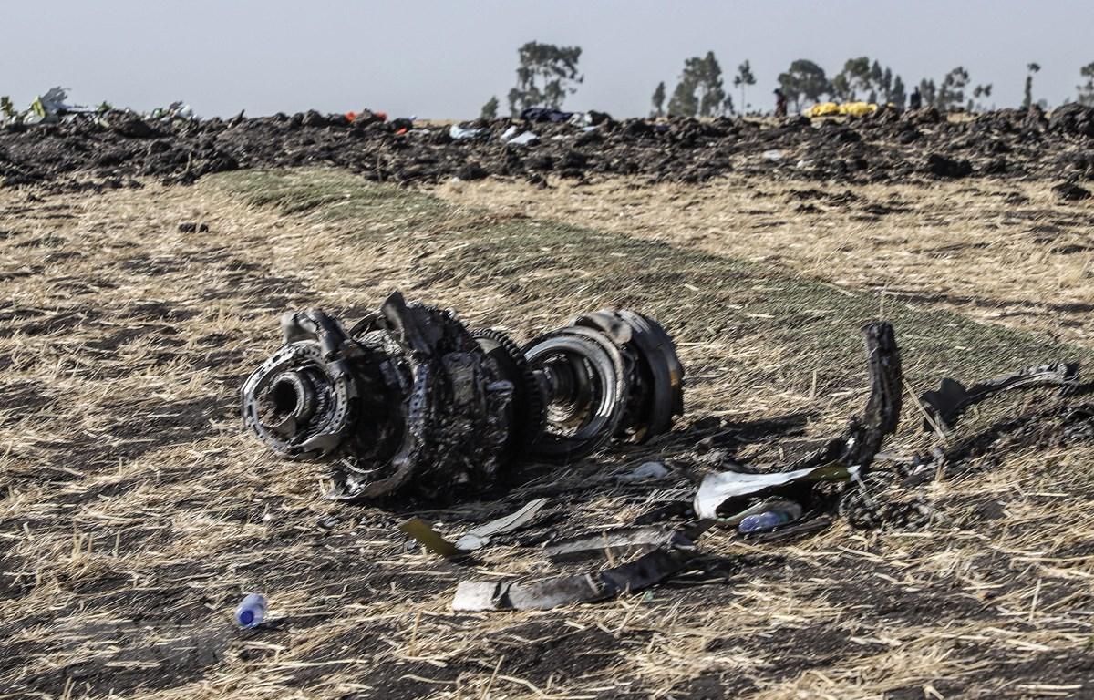 Một bộ phận của máy bay Boeing 737 MAX thuộc Hãng hàng không Ethiopian Airlines tại hiện trường vụ tai nạn thảm khốc gần thủ đô Addis Ababa, ngày 15/3/2019. (Nguồn: AFP/TTXVN)