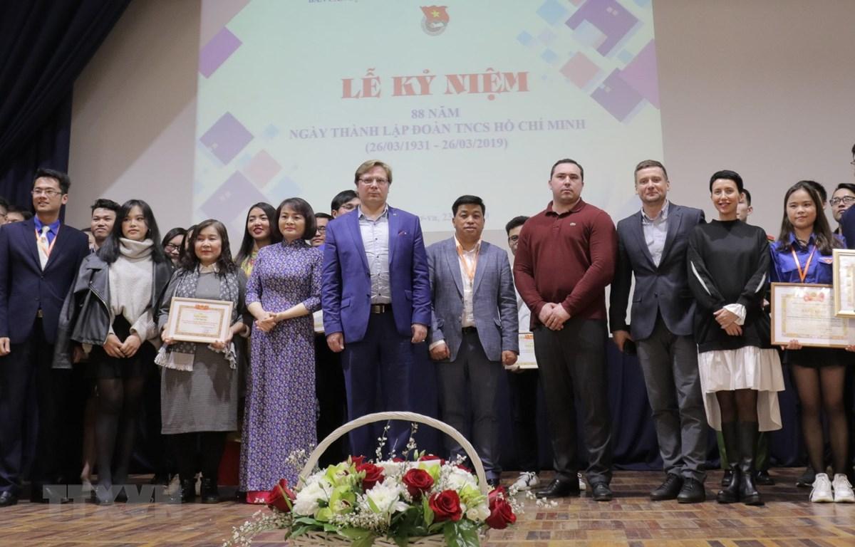 Các đoàn viên thanh niên được trao tặng bằng khen chụp ảnh cùng các vị khách. (Ảnh: Hồng Quân/TTXVN)