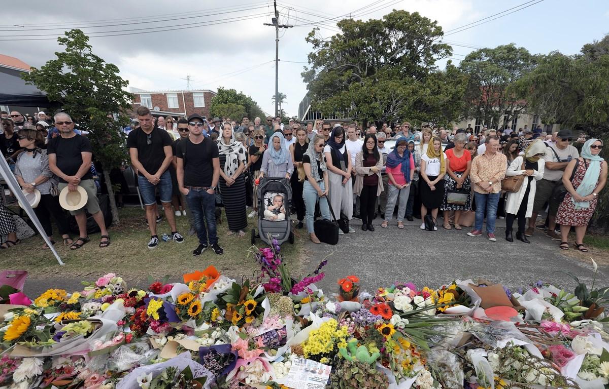 Nhiều phụ nữ New Zealand đội hijab trong lễ tưởng niệm các nạn nhân vụ tấn công khủng bố tại thành phố Christchurch ngày 22/3. (Nguồn: AFP/TTXVN)