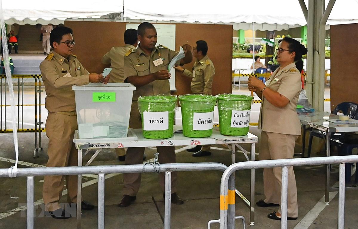 Nhân viên an ninh và nhân viên bầu cử Thái Lan kiểm kết quả bỏ phiếu tại một điểm bầu cử ở Narathiwat ngày 24/3/2019. (Nguồn: AFP/TTXVN)