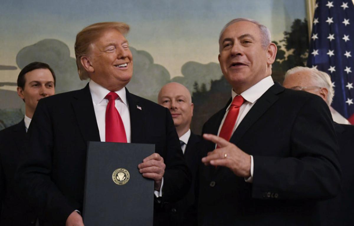 Thủ tướng Israel Benjamin Netanyahu và Tổng thống Mỹ Donald Trump tại Nhà Trắng trong lễ ký sắc lệnh về việc Mỹ công nhận chủ quyền của Israel với Cao nguyên Golan. (Nguồn: AP)