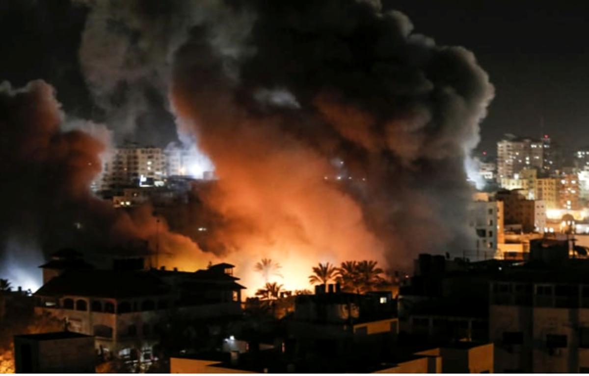 Khói bốc lên ở một khu nhà ở Gaza sau khi bị Israel không kích ngày 25/3. (Nguồn: AFP)