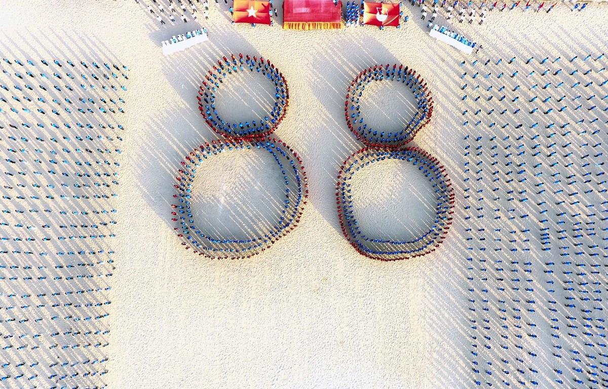 Toàn cảnh buổi đồng diễn xếp thành hình số 88 trên bãi biển. (Ảnh: Quốc Dũng/TTXVN)