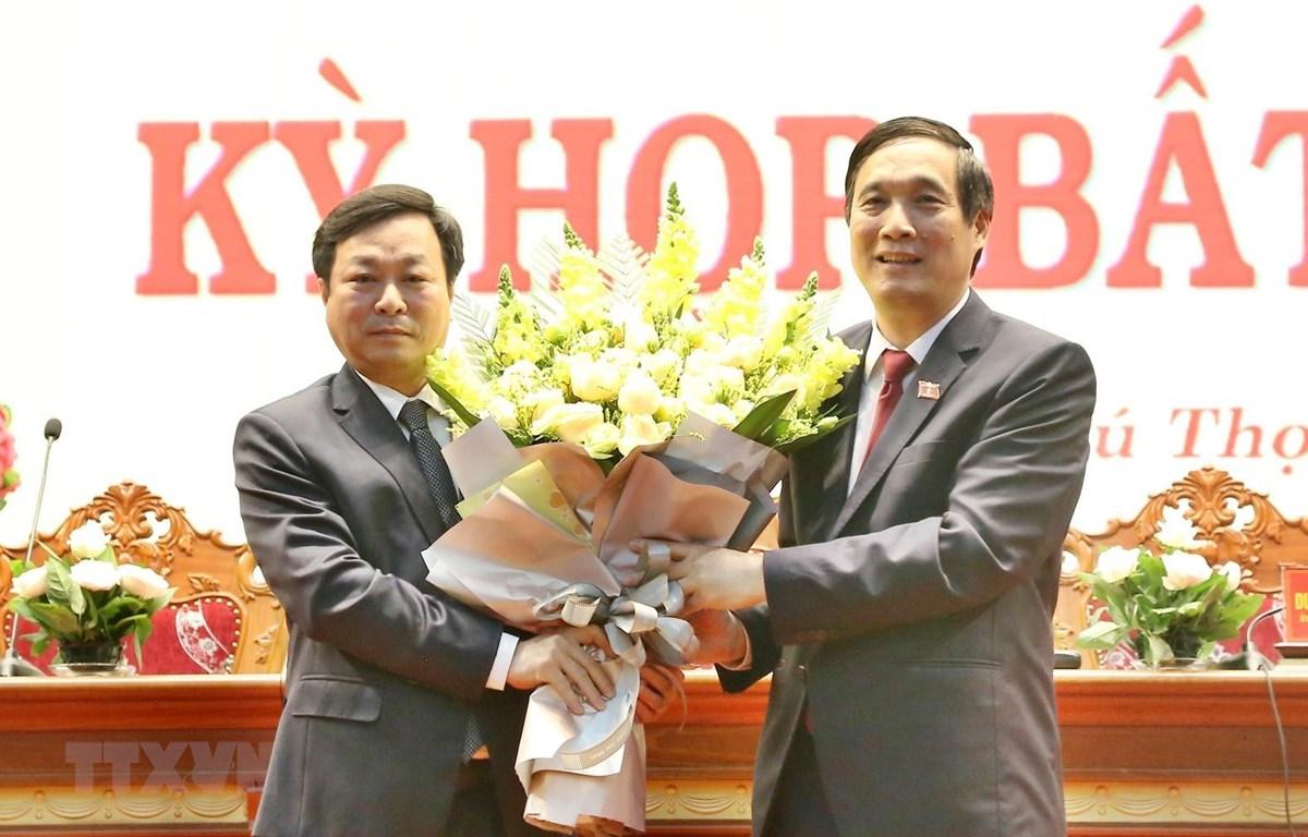 Ông Bùi Minh Châu (phải), Bí thư tỉnh ủy Phú Thọ, tặng hoa chúc mừng ông Bùi Văn Quang. (Ảnh: Trung Kiên/TTXVN)