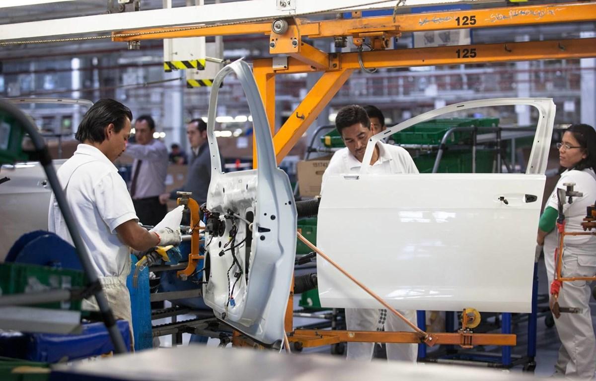 Bên trong một nhà máy sản xuất ôtô ở Mexico. (Nguồn: .theglobeandmail.com)
