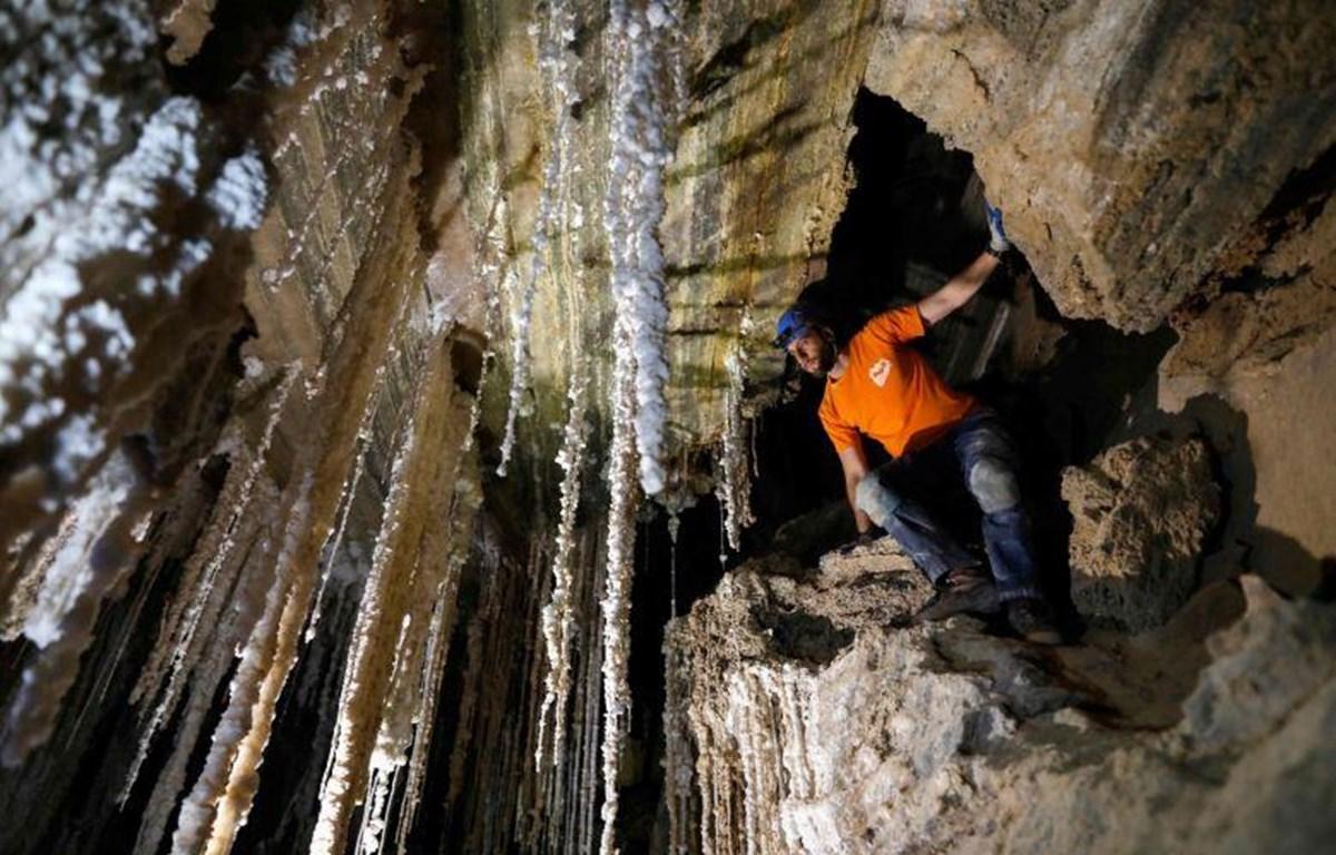 Một nhà thám hiểm bên trong hang Malham. (Nguồn: AFP)