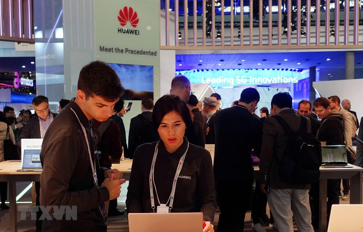 Khách hàng xem các sản phẩm của Huawei trưng bày tại Hội nghị Di động Thế giới 2019 ở Barcelona, Tây Ban Nha ngày 25/2. (Nguồn: THX/TTXVN)