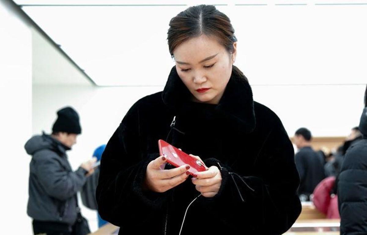 Người tiêu dùng lựa chọn sản phẩm iPhone trong cửa hàng bán lẻ của Apple ở Bắc Kinh. (Nguồn: Getty Images)