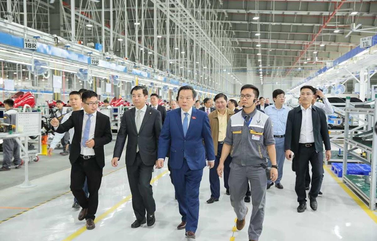 Phó Chủ tịch Quốc hội Phùng Quốc Hiển và đoàn công tác thăm nhà máy VinFast. (Ảnh: PV/Vietnam+)