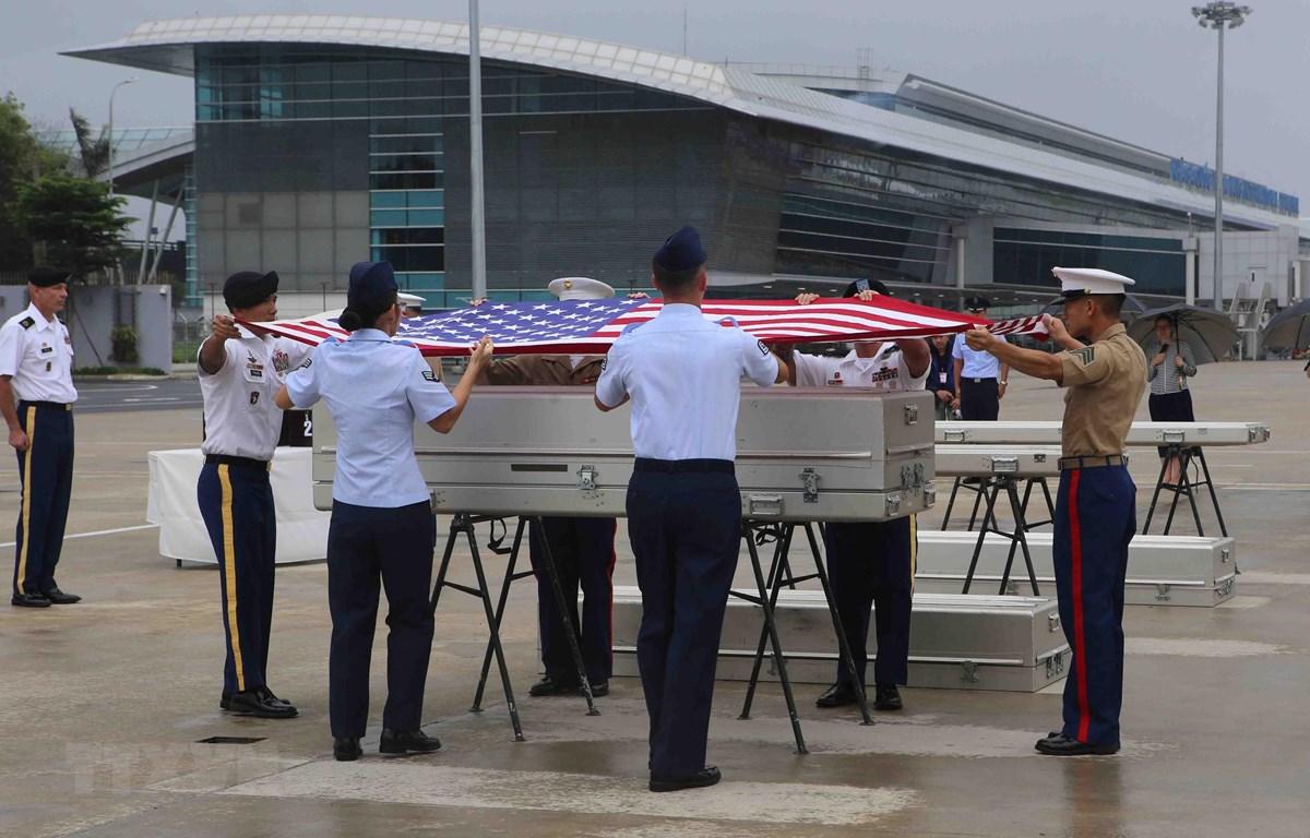 Lễ trao trả hài cốt quân nhân Mỹ mất tích trong chiến tranh ở Việt Nam tại sân bay quốc tế Đà Nẵng. (Ảnh: Trần Lê Lâm/TTXVN)
