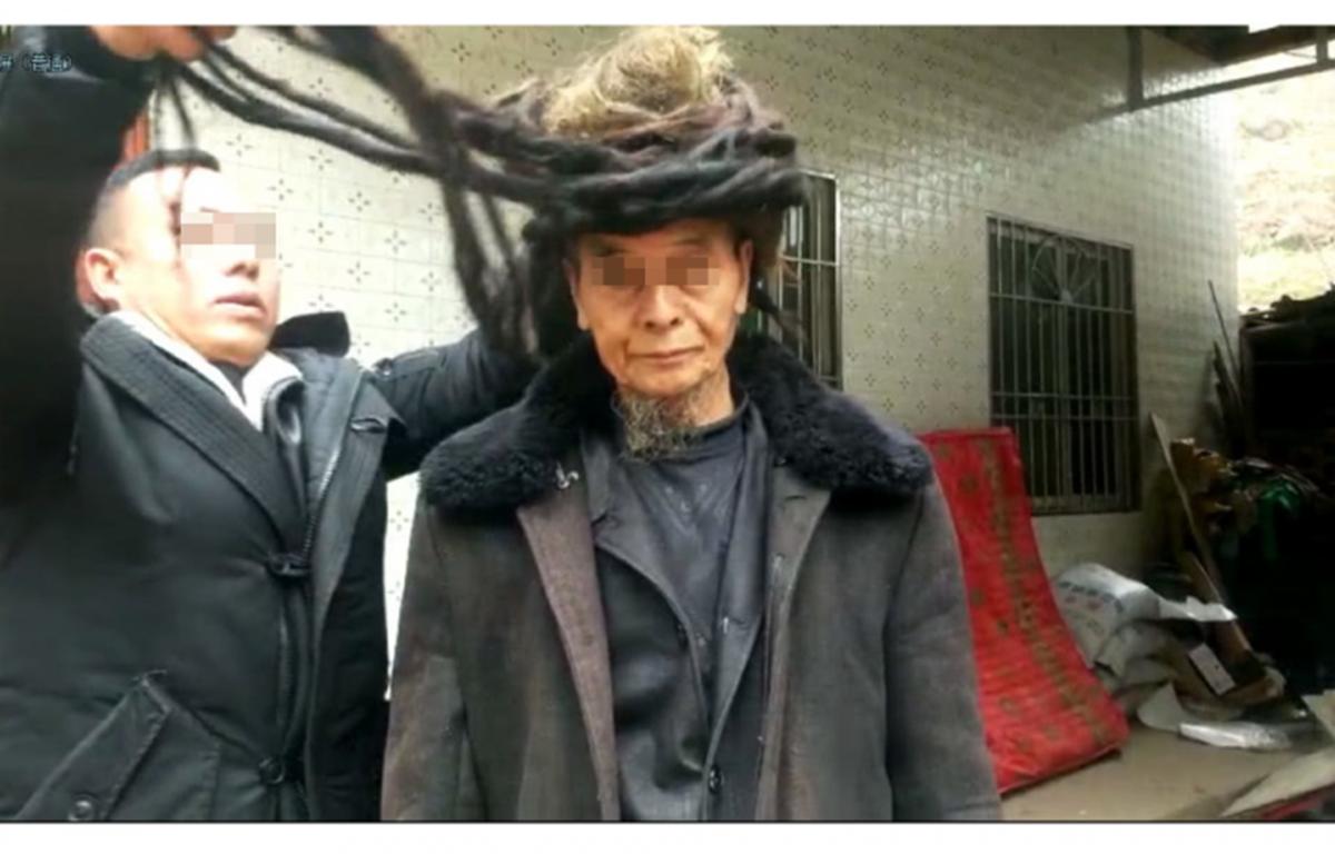Ông Ake Yizheng, người sở hữu mái tóc dài tới 5,5 mét. (Nguồn: odditycentral.com)