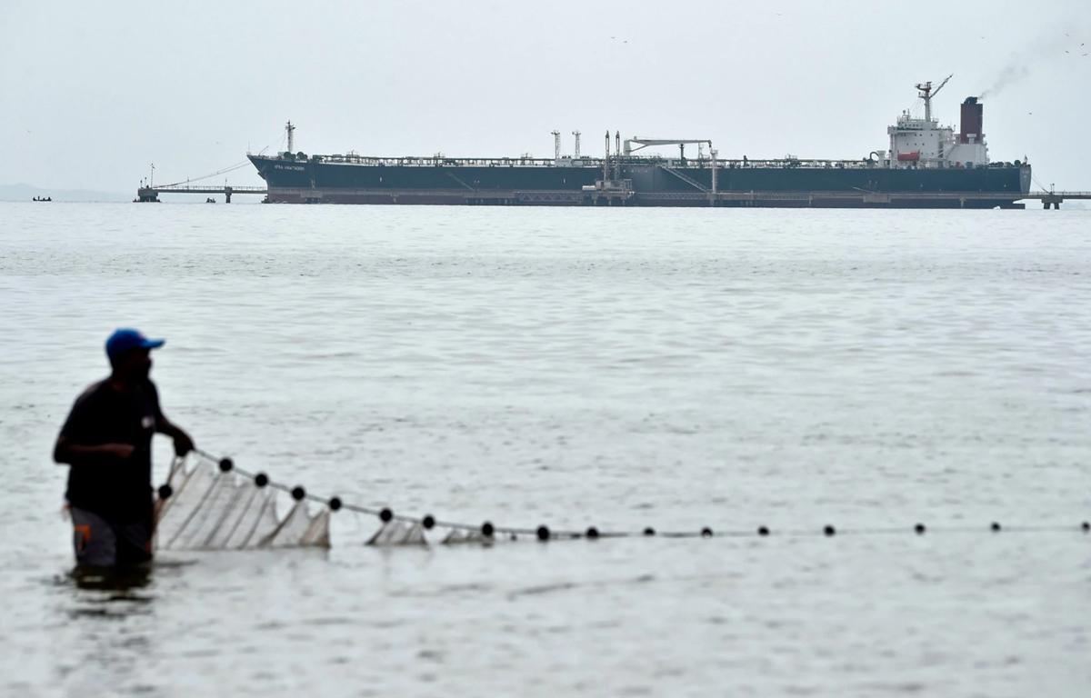 Một ngư dân thả lưới bên một tàu chở dầu ở Venezuela. (Nguồn: Getty Images)