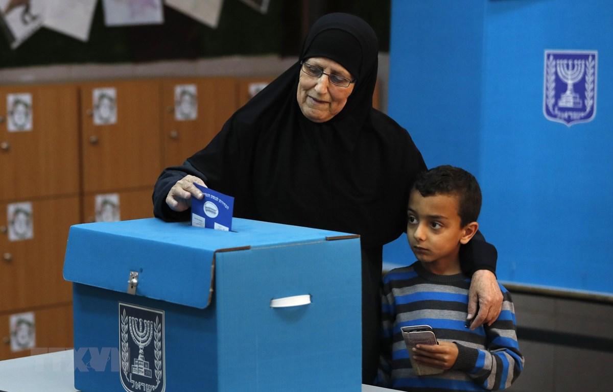 Cử tri Israel bỏ phiếu tại điểm bầu cử ở thị trấn Taiyiba ngày 9/4/2019. (Nguồn: AFP/TTXVN)