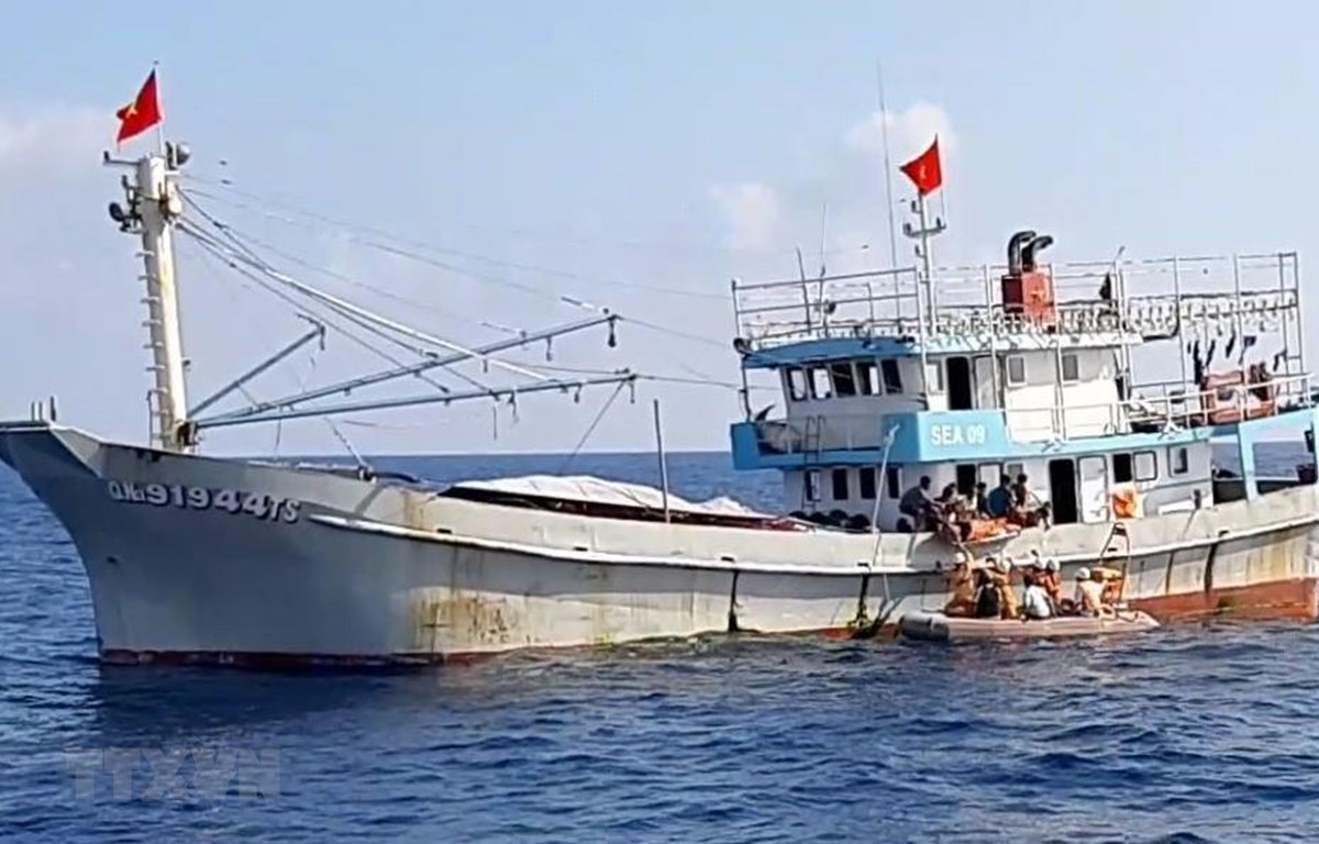 Trong ảnh: Xuồng cứu nạn tiếp cận tàu cá để đưa ngư dân gặp nạn qua tàu SAR 412 để chăm sóc y tế và di chuyển về bờ. (Ảnh: Xuân Nguyên/TTXVN)