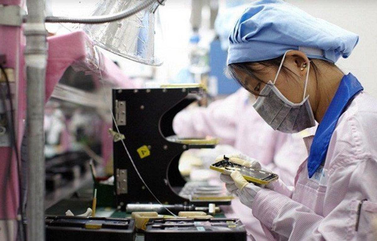 Công nhân Foxconn trong dây chuyền sản xuất lắp ráp iPhone. (Nguồn: 9to5mac.com)