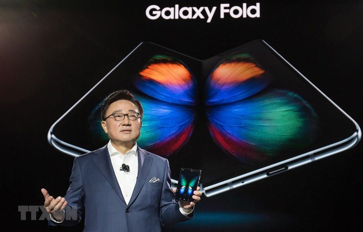 Điện thoại Galaxy Fold ra mắt trong sự kiện Unpacked diễn ra ở San Francisco, Mỹ rạng sáng 21/2 (giờ Việt Nam). (Nguồn: Yonhap/TTXVN)