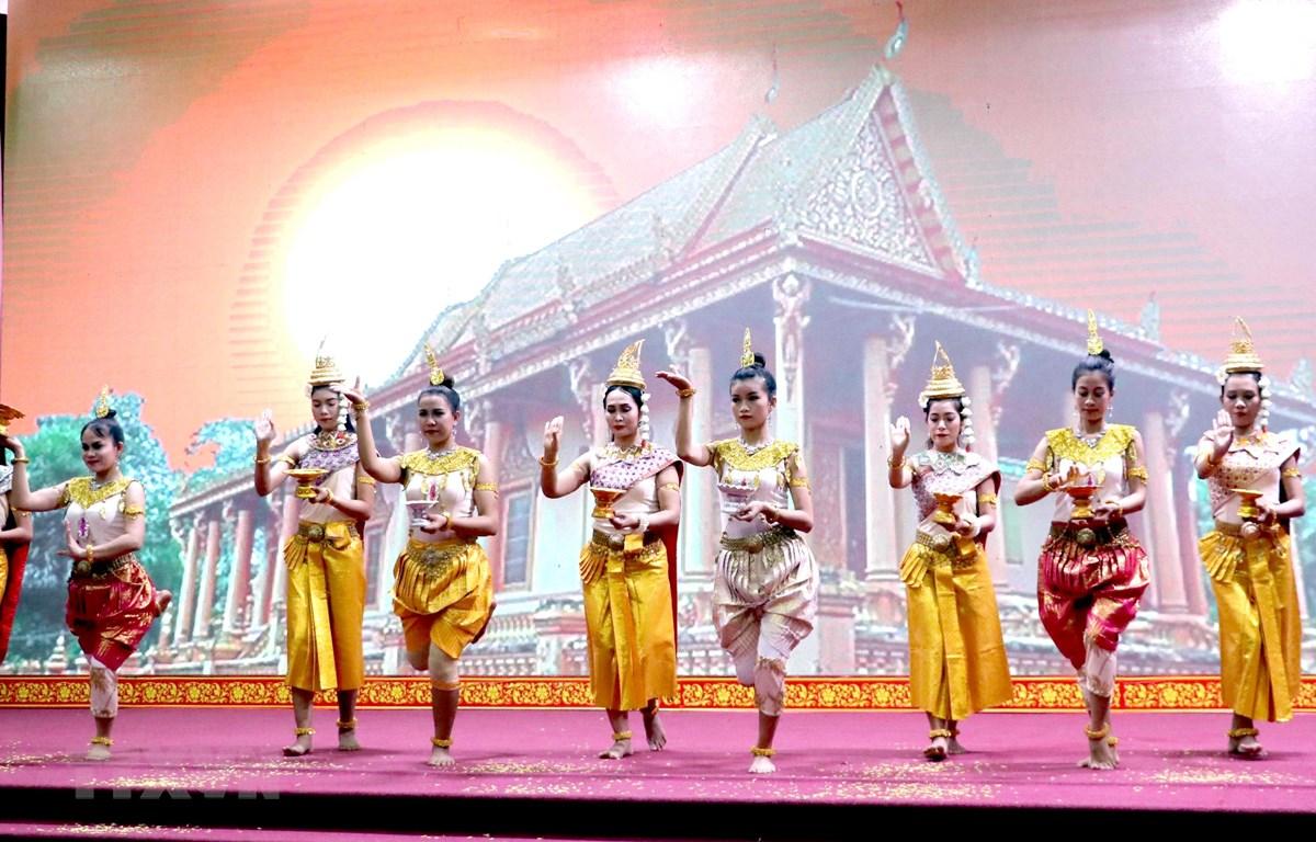 Múa chào mừng Tết Chôl Chhnăm Thmây của đồng bào Khmer tại Sóc Trăng. (Ảnh: Trung Hiếu/TTXVN)
