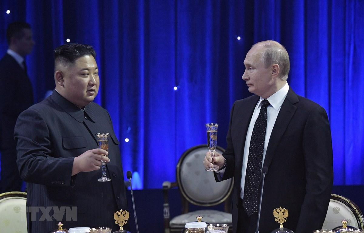 Tổng thống Nga Vladimir Putin (phải) và nhà lãnh đạo Triều Tiên Kim Jong-un trong bữa tiệc chiêu đãi sau cuộc hội đàm tại Trường Đại học Liên bang Viễn Đông ở đảo Rusky thuộc Vladivostok ngày 25/4. (Nguồn: AFP/TTXVN)