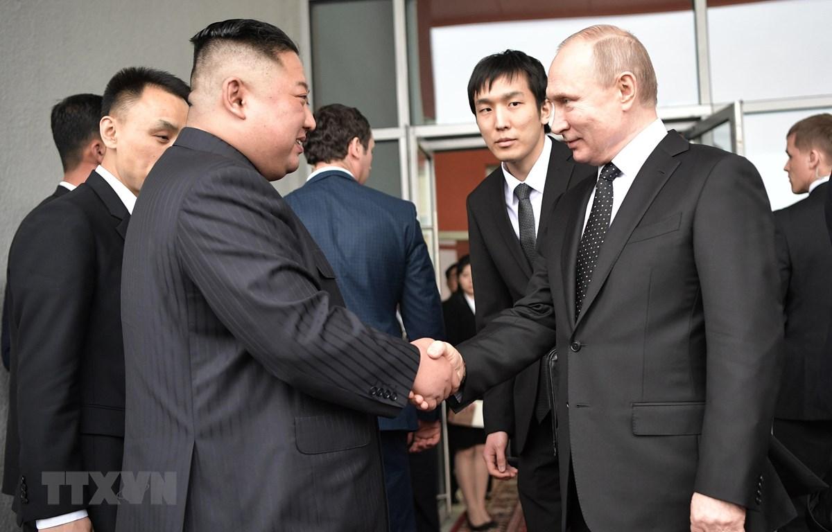 Tổng thống Nga Vladimir Putin (phải) và nhà lãnh đạo Triều Tiên Kim Jong-un (trái) sau cuộc hội đàm tại Trường Đại học Liên bang Viễn Đông ở đảo Rusky thuộc Vladivostok ngày 25/4/2019. (Nguồn: AFP/TTXVN)