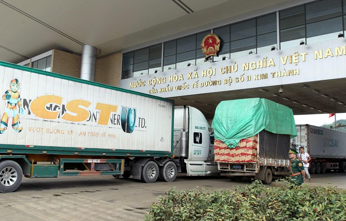 Xe container vận chuyển hàng hóa nhập khẩu tại Cửa khẩu quốc tế đường bộ số II Kim Thành, Lào Cai. (Ảnh: Quốc Khánh/TTXVN)