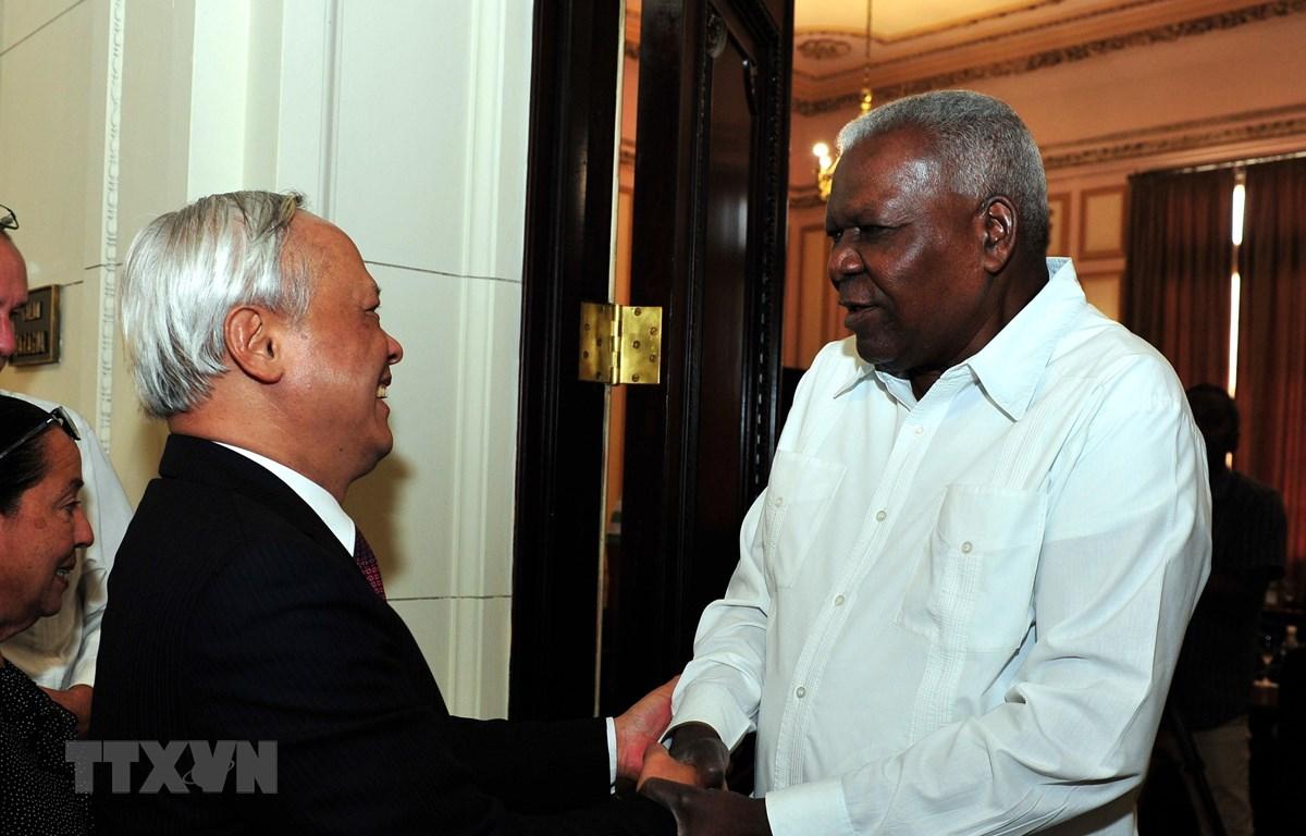 Chủ tịch Quốc hội Cuba Esteban Lazo đón Phó Chủ tịch Quốc hội Việt Nam Uông Chu Lưu. (Ảnh: Vũ Lê Hà/TTXVN)