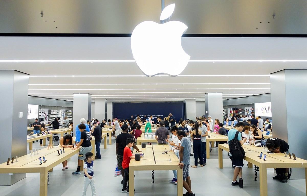 Khách hàng tham quan tại một cửa hàng giới thiệu sản phẩm của Apple ở New York, Mỹ ngày 2/8/2018. (Nguồn: THX/TTXVN)