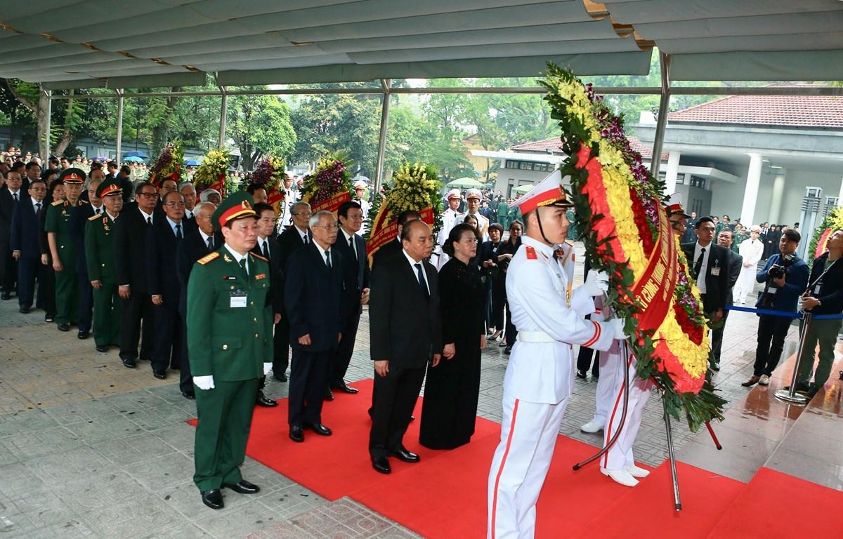 Đoàn đại biểu Ban Chấp hành Trung ương Đảng Cộng sản Việt Nam chuẩn bị vào viếng nguyên Chủ tịch nước, Đại tướng Lê Đức Anh. (Nguồn: TTXVN)